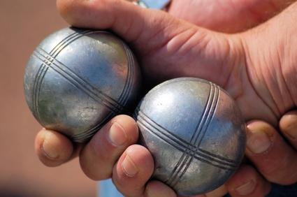 Zwei Boule Kugeln in der Hand